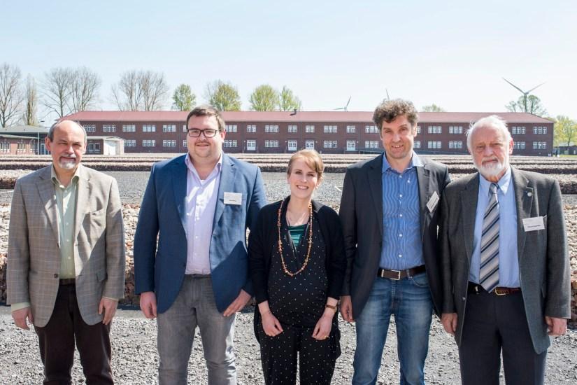 vlnr. Dr. Detlef Garbe (directeur KZ Gedenkstätte Neuengamme), Tom Devos (MK44), Swenja Granzow-Rauwald (Organisator Forum), dr. Oliver von Wrochem (hoofd studiecentrum KZ Gedenkstätte Neuengamme) & Oktaaf Duerinckx (MK44)