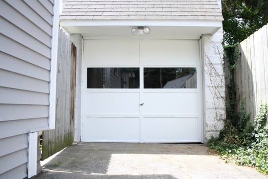 Garage door looking spiffy clean.