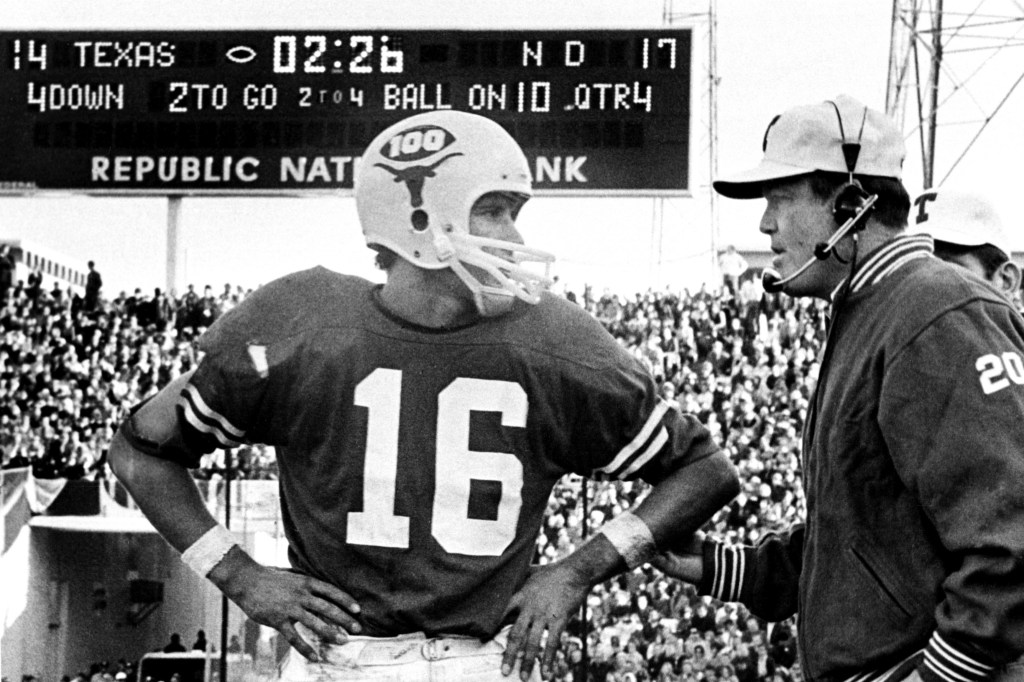 ORG XMIT: S0390660178_STAFF undated_ UT quarterback James Street talks to coach Darrell Royal during the 1970 Cotton Bowl where the Longhorns defeated Notre Dame. 231XSports2 1231XSports2 12312004xSports 01022006xSports 12242006xSPORTS2 02282007xQUICK 11082012xSPORTS // jamesstreet //
