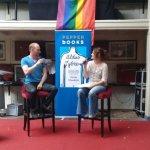Tisa Pescar interviewt Micha Meinderts over zijn boek Aldus Sybren op het podium van de Shakespeare Club in het Amsterdam Museum