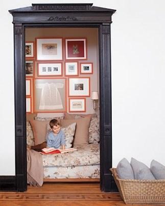 Inred en klädkammare med en stor soffa/madrass och ha det som ett litet mysigt kryp in/läshörna.