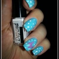 Naglar - Blå med vita prickar och en fjäril