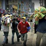 La Victoria, Lima, 28 de Octubre de 2005.  Popular barrio de Gamarra, centro de la industria de la confección en Lima, donde miles de negocios mayoristas y minoristas ofrecen sus productos a los compradores.  Foto: Xavier Conesa