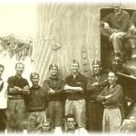 Pula%2C ottobre 1940. Personale della 4%5E Legione MILMART di Cagliari posano accanto ad un cannone da 152-50