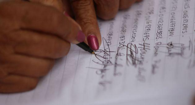 Cerca del 40% del paquete de firmas presentadas por la oposición al CNE son planas