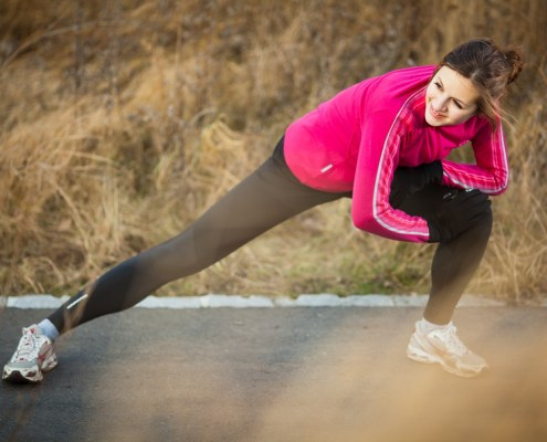 women-winter-outdoor-lunge-stretching