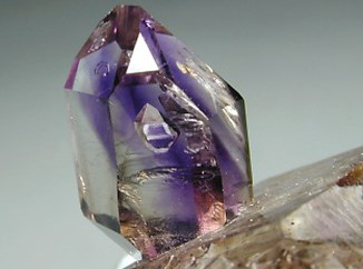 tamno ljubičasti kristal ametista