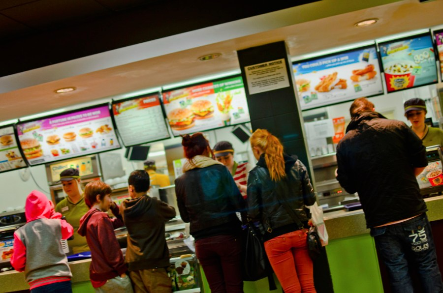 Els restaurants de fast food estan dissenyats per incentivar el consum / Jon Bunting