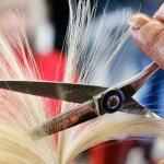 Déçue de sa nouvelle coupe, une cliente tente de faire la peau à son coiffeur