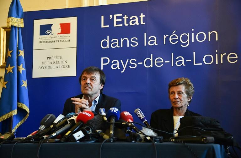 Le ministre de l'Environnement Nicolas Hulot en conférence de presse avec la préfète de la région Pays de la Loire Nicole Klein à Nantes le 18 avril 2018