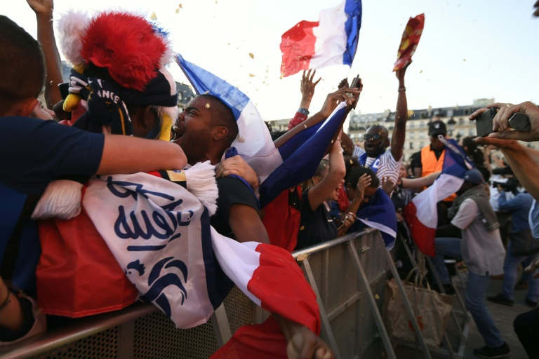 La joie des supporteurs français a éclaté lors du but de Samuel Umtiti ici à Paris le 10 juillet 2018
