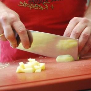 Weitere gekochte Kartoffeln in Würfel schneiden