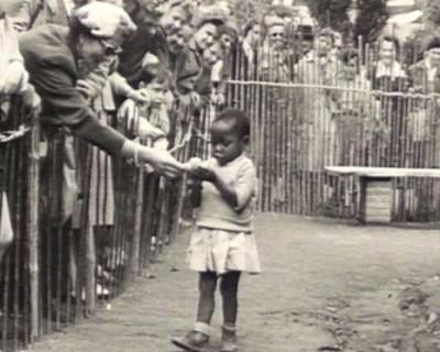 Οι επισκέπτες ταΐζουν το κορίτσι σαν να είναι μαϊμού