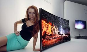 Curved_OLED_TV Model_Photo_1 1