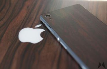 Xperia Z2 Mahagony Skin von dBrand auf einem Macbook inkl. Mahagony Skin von Slickwraps