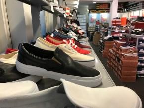 Lähikuva, kenkäkauppa.