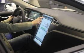 Car-connected-by-Telefonica-Tesla-2735-online