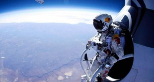 felix-baumgartner-standing-in-his-capsule-about-to-dive