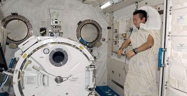 astronaut-sleep