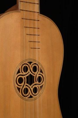 Chitarra barocca particolare dell'apertura della cassa di risonanza