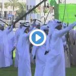 بالفيديو.. الملك سلمان يؤدي العرضة مع الفرقة المحتفية بقدومه الدوحة