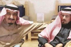 """صورة وفاء.. الملك سلمان يزور شاعر والده """"محمد الخس"""" بالكويت"""