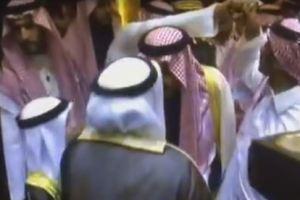 بالفيديو.. حارس خادم الحرمين يبعد يد الفنان حبيب الحبيب من على كتف الملك سلمان