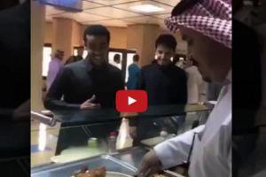 مدير جامعة القصيم يحضر وجبة بنفسه لطالب بمطعم الجامعة (فيديو)