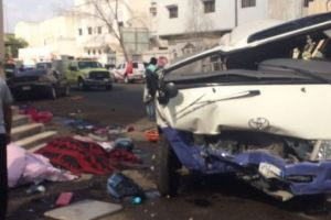 بالصور.. مصرع 2 وإصابة 9 آخرين اثر تصادم حافلة طلاب بسيارة