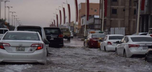 بالصور.. احتجاز 50 مركبة بسبب أمطار حفر الباطن