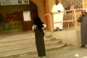 فيديو.. مديرة تخرج الطالبات بدون عباءه لهذا السبب وتثير ضجة