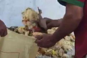 """بالفيديو.. عمالة ترمي الأرز في مطعم شهير بــ """"وادي الدواسر"""".. يرمون الطعام بهذه الحيلة"""