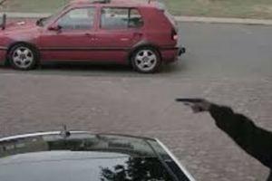 بالفيديو.. سطو مسلح على أسرة وسرقتها في وضح النهار