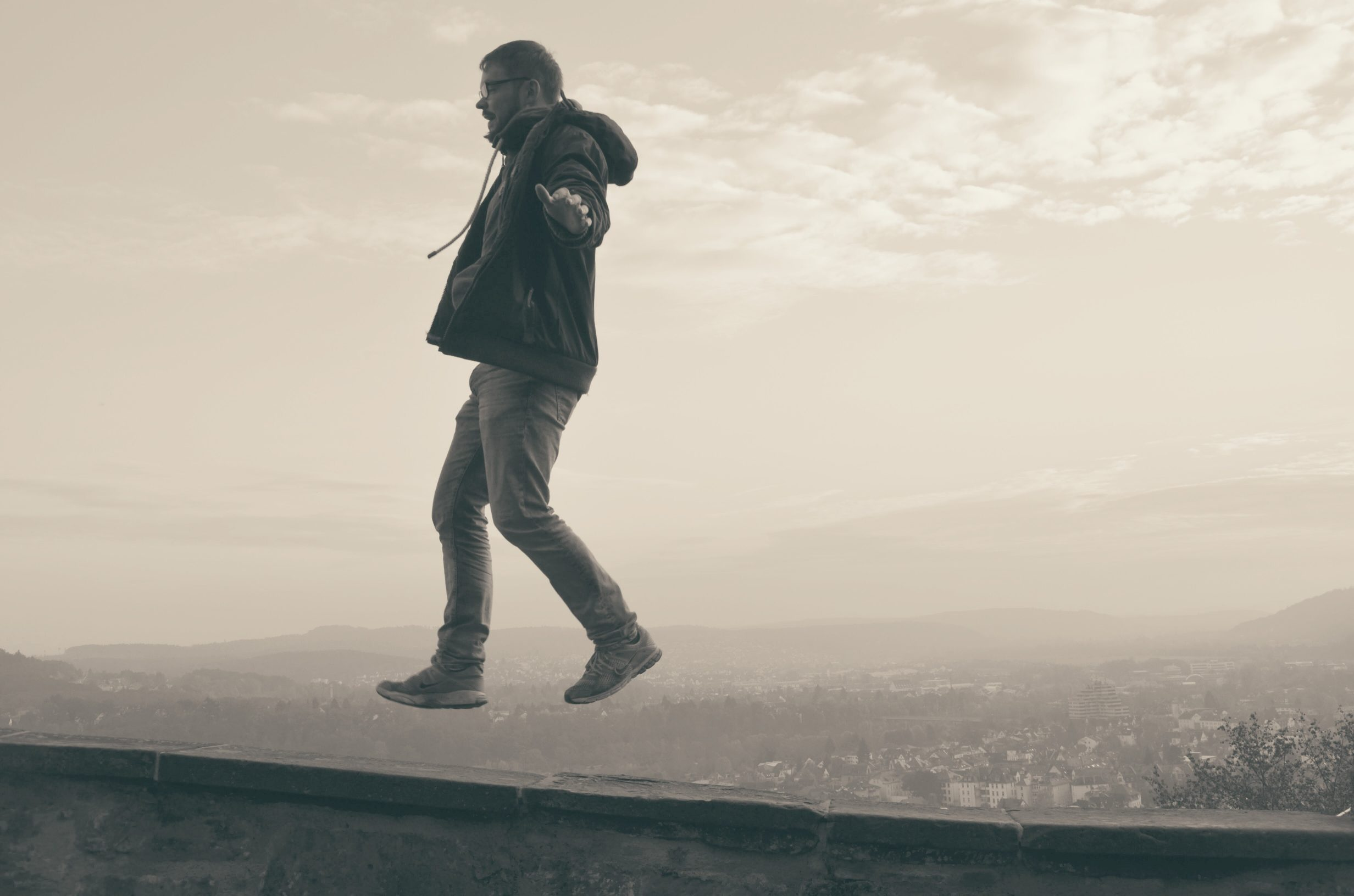 Monkey of Hope wirkt, als schwebe er über der Schlossmauer von Marburg