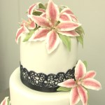 bruidstaart met lelies en zwarte kant roze bordeau
