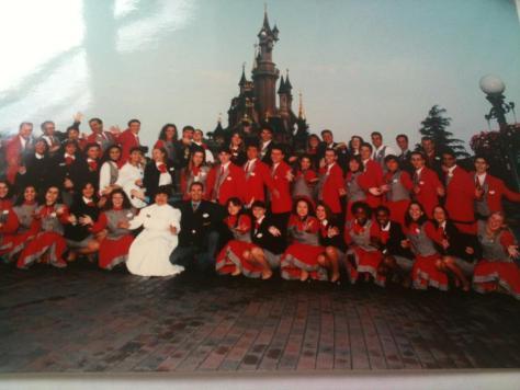 La Guest Relations Team devant le Château de la Belle au Bois Dormant. M'avez-vous reconnu ?