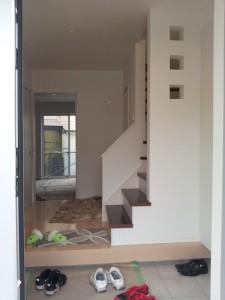 2013年初仕事 O邸新築内装工事 工事内容(壁紙 クッションフロア) 施主さんの希望で壁紙を白ベースで室内が明るく見えるように仕上げております。