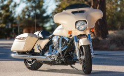 The shorty windshield on the Street Glide makes it easy to see over ...
