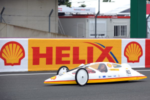 Nick-Heidfeld-drives-a-Shell-Eco-marathon-vehicle-on-the-track-at-Le-Mans-24-Hour