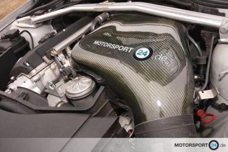 Hochwertige Carbon Airbox im Motorraum eines BMW M3 E46