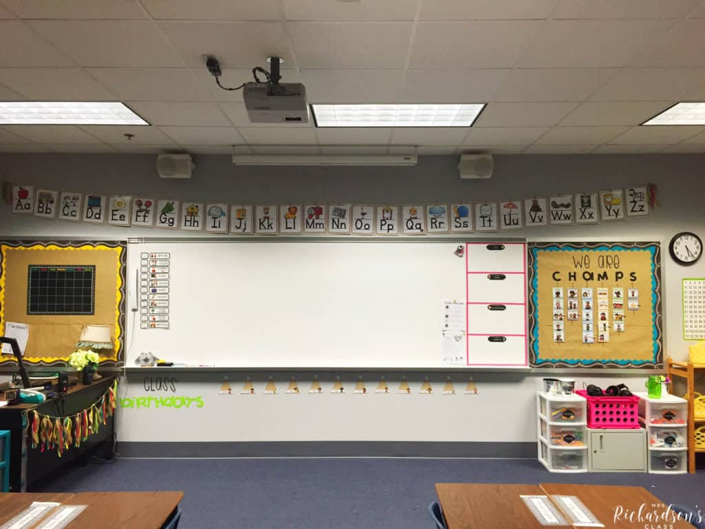This first gradChalkboard, burlap, and bright classroom decor that is simple and affordable! I love how inviting this learning environment is, too! e burlap word wall is simple, easy on the eye, and really pops!