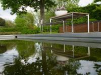 Klare Linien/ Modell eines biologischen Schwimmbades | Ein ...