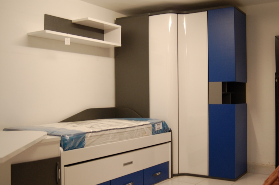 Dormitorio juvenil con ingenioso armario rinc n de puertas for Muebles vizcaya telefono