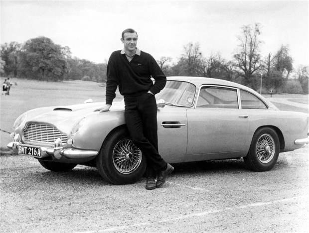 Sean Connery con el Aston Martin DB5 utilizado para las películas de James Bond Goldfinger y Operación Trueno.