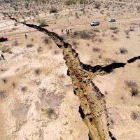 Grieta de media milla de largo divide la tierra en México
