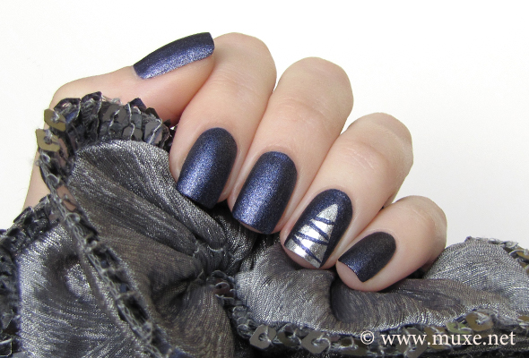 Christmas nails in blue and silver