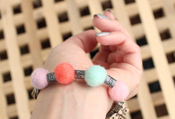 DIY felt balls bracelet