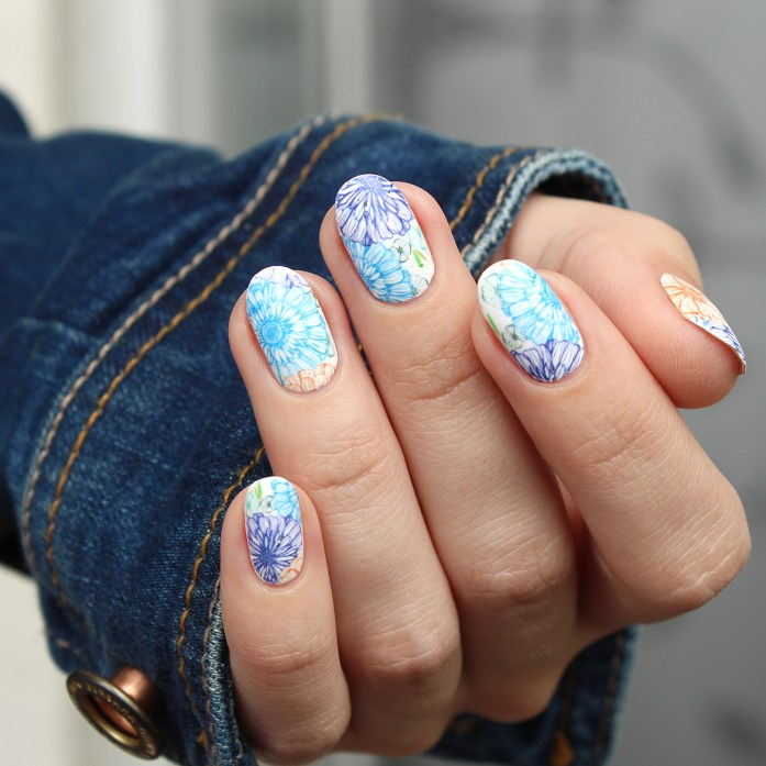 Blue flowers nail design