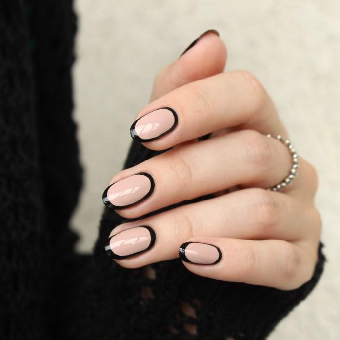 Black border nails design