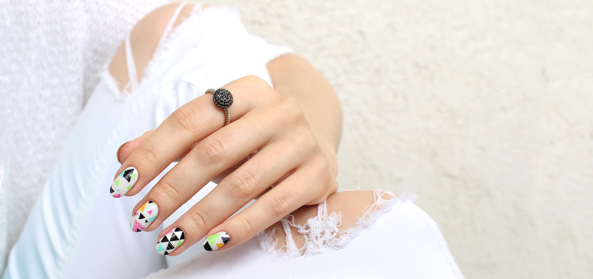 ThumbsUp white geo nail wraps